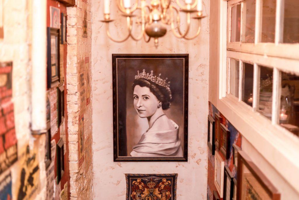 mural the queen